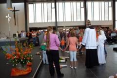 Kinderen bidden Onze Vader in kring